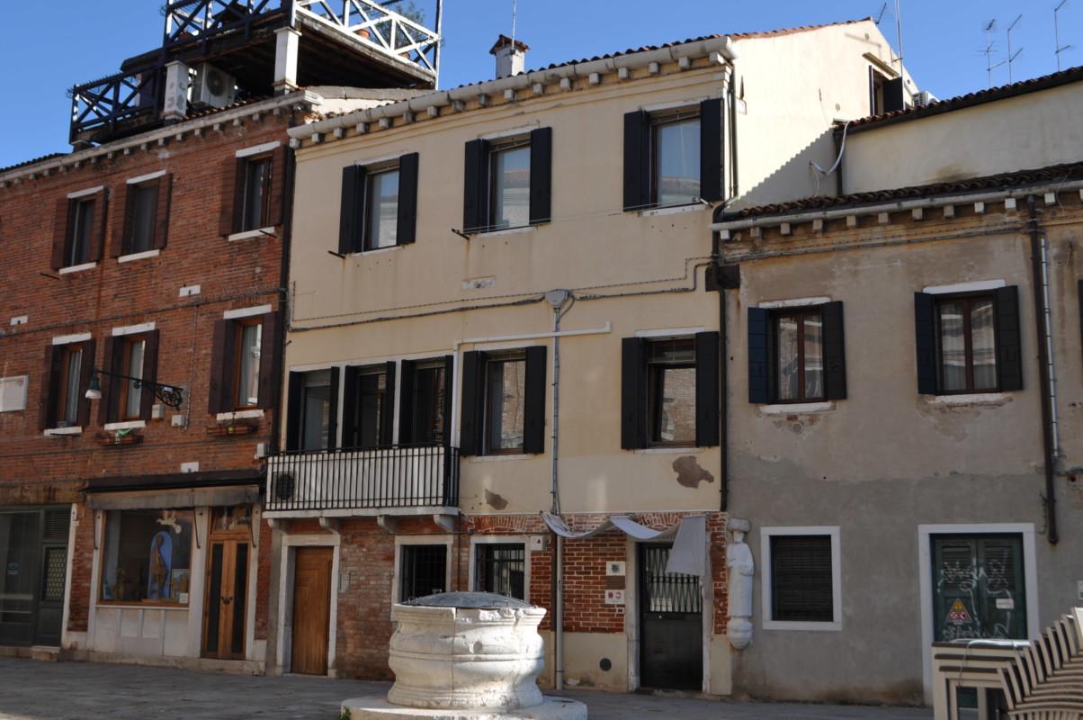 Blocchetto restaurato con due appartamenti