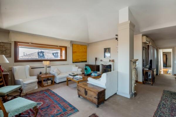 Prestigioso appartamento con terrazza e ascensore